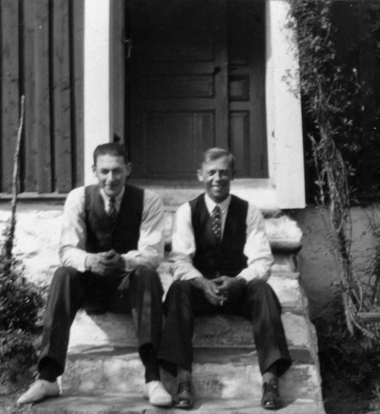 Glada män sitter på trapan till Lilltorpet