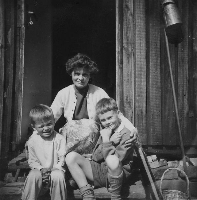 Mamma Ulla med Hans & Peter, år 1956