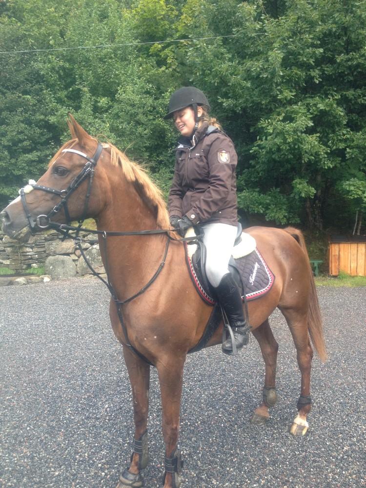 Nathalie på besök med sin häst