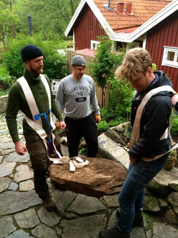 Tunga stenar skall pryda gården, Jesper, James, Hannes