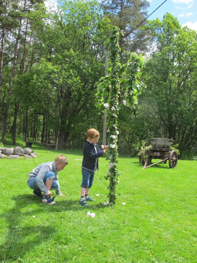Barnen dekorerar med blommor