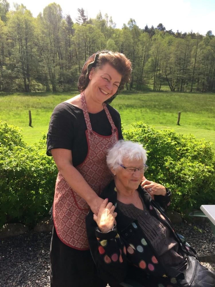 Pia och hennes lågstadielärare Verna Pettersson, vi möts igen 40 år senare...